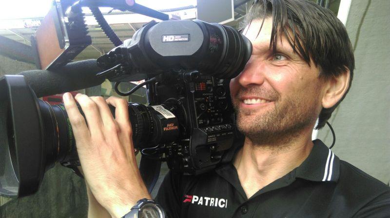 Peter Hyballa filmt mit einer Filmkamera auf der Schulter.