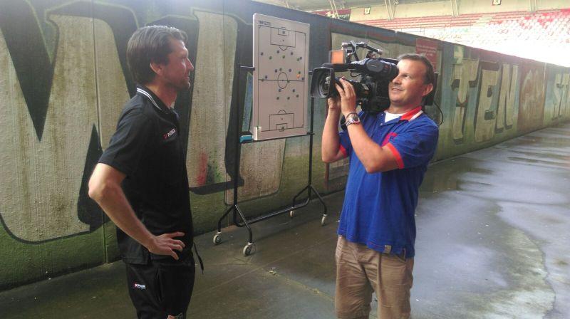 Peter Hyballa und ein filmender Kameramann von SKY im Stadion in Nijmegen